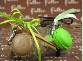 Dragées Baptême - Macaron porte-clé marron-anis avec boite à dragées