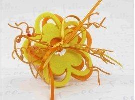 Dragées Baptême - Dragées jaune et orange dans boule plexi fleurs feutrines