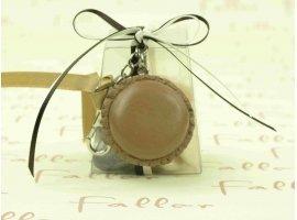 Dragées Baptême - Boite à dragées avec macaron marron porte-clé