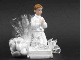 Dragées Communion - Grande figurine garcon a  genoux sur bible avec dragees