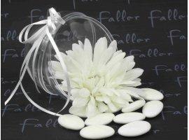 Dragées Communion - Fleur blanche dans boule plexi avec dragees