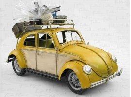 Dragées Baptême - Ancienne voiture en métal jaune avec dragées de baptême
